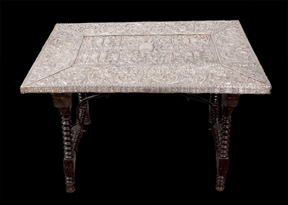 162- Mesa com tabuleiro em prata